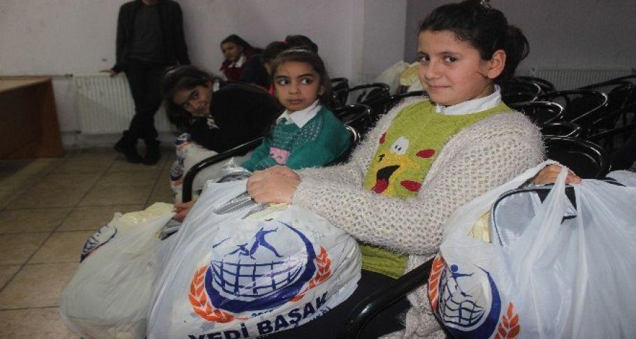 İhtiyaç Sahibi Öğrencilere Kışlık Giysi Yardımı Yapıldı