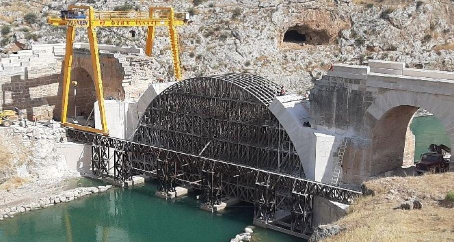 İskelesi sele kapılan tarihi köprüde restorasyon sürüyor