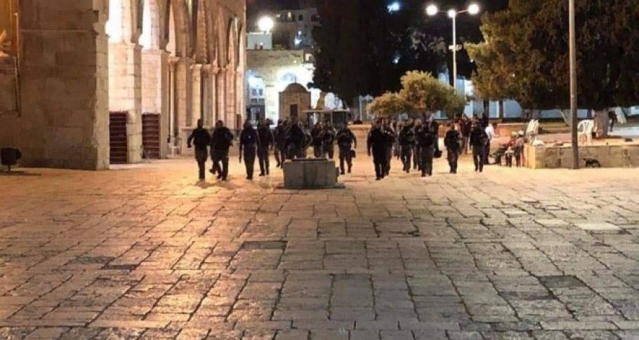 İsrail askerleri namaz kılanları zorla çıkarttı