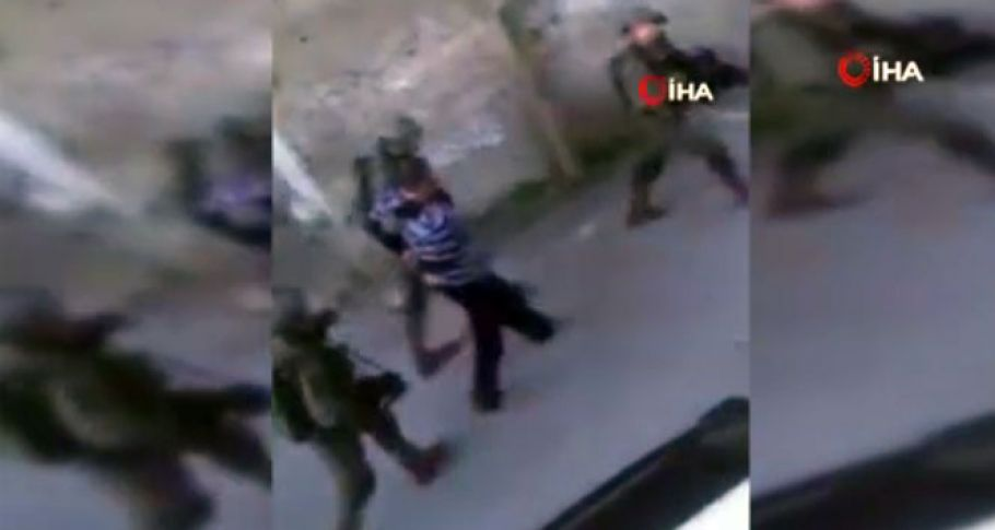 İsrail barbarlığı kamerada! Evlerini basarak gözaltına aldılar