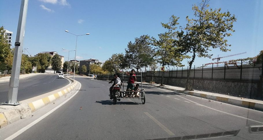 İstanbul trafiğinde motosiklette 4 çocuk yürekleri ağza getirdi