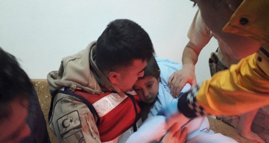 Jandarma tarafından donmak üzereyken bulunan çocuğun ilk isteği ayakkabı oldu