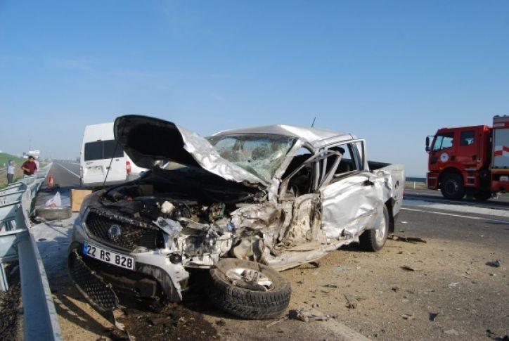 Kamyonet minibüsle çarpıştı: 3'ü ağır 4 yaralı