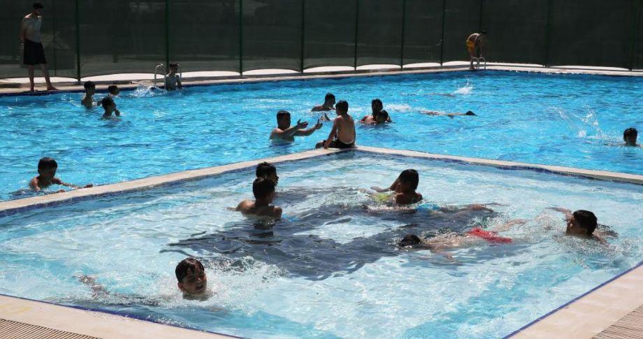 Karaköprü Belediyesi sosyal tesislerindeki yüzme havuzu faaliyete girdi