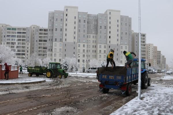 Karaköprü'de kar küreme çalışmaları