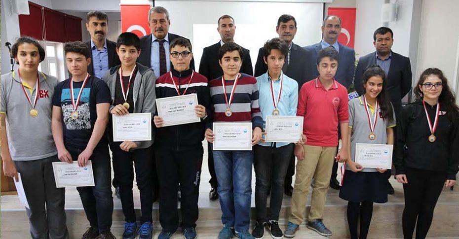 Karaköprü'de başarılı öğrencilere ödülleri verildi
