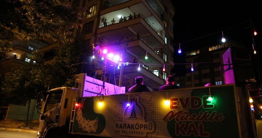 Karaköprü'de Bayramda Vatandaşa Mobil Konser (videolu)