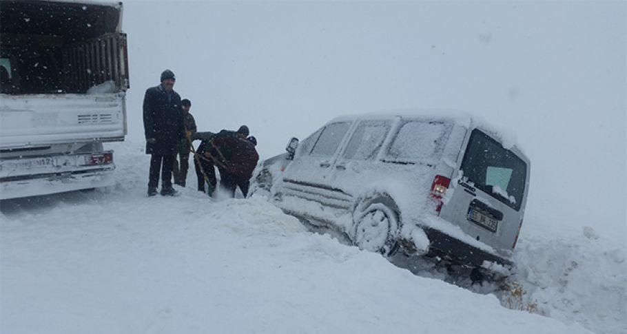 Karda mahsur kalan 10 araç 6 saatte kurtarıldı