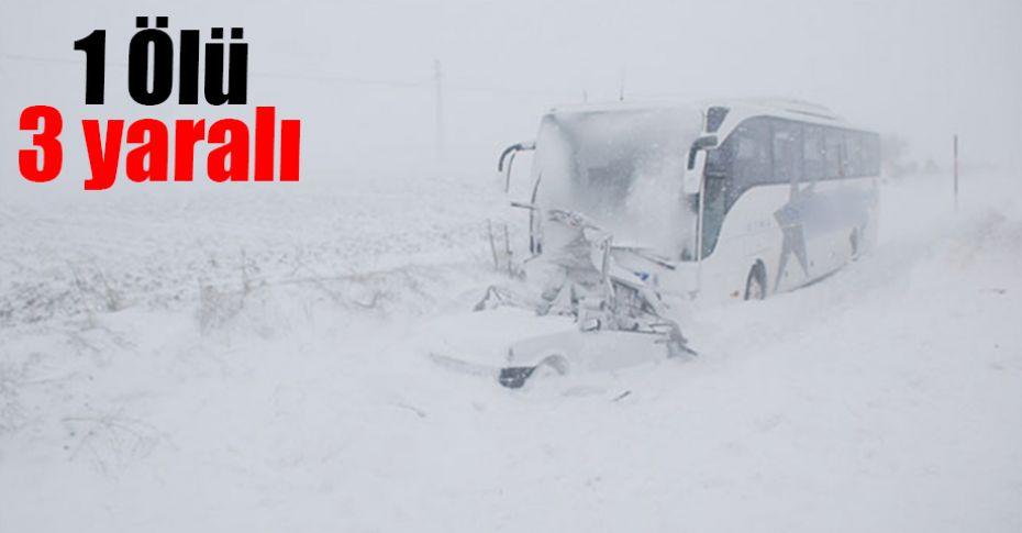 Karla kaplı yolda otobüs, otomobille çarpıştı!