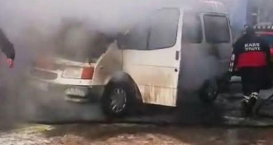 Kars'ta donan minibüs, altında ateş yakılırken alev aldı