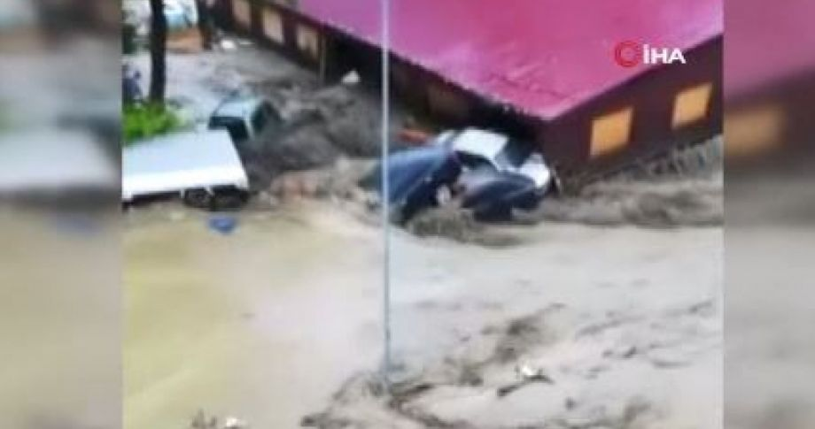 Kastamonu'da korkutan sel görüntüleri: Araçlar üst üste bindi, mahalle savaş alanına döndü