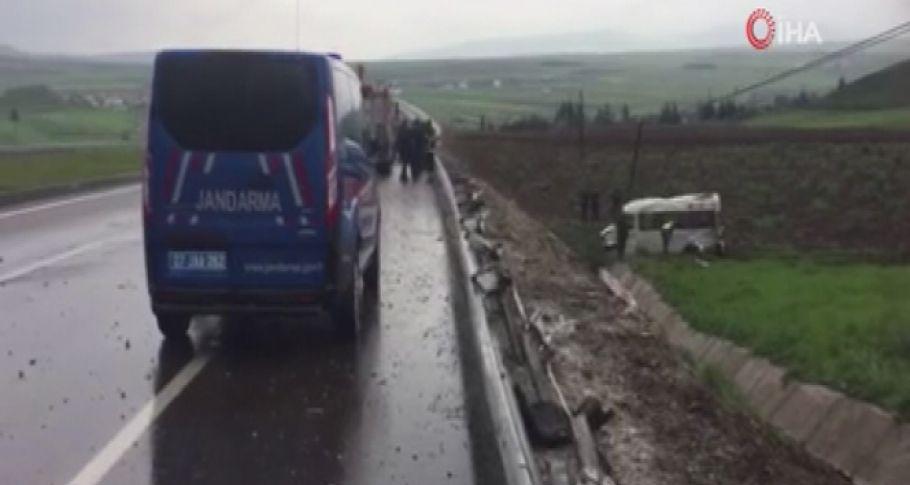 Kayganlaşan Yolda Minibüs Devrildi: 1 Ölü 15 Yaralı