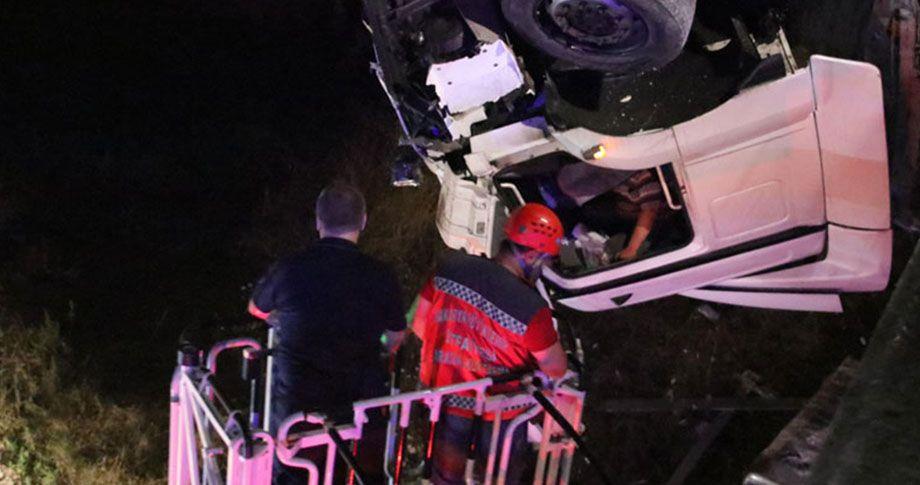 Kaza yapan tır, 100 metre yükseklikte asılı kaldı!