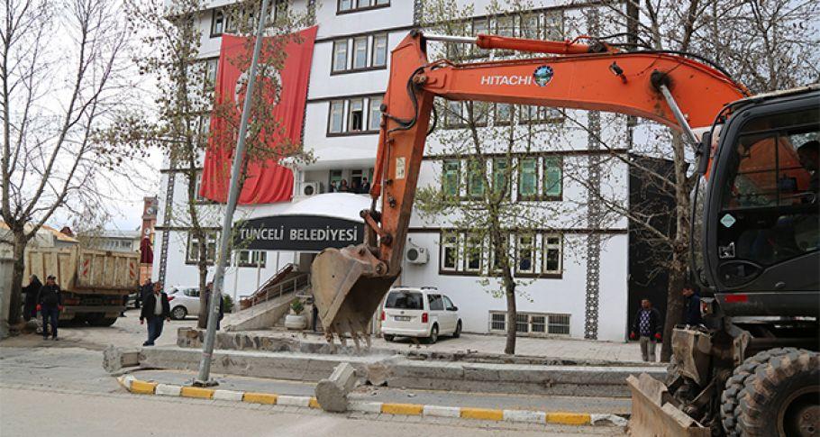 Komünist başkan, belediye önündeki duvarı yıktırdı