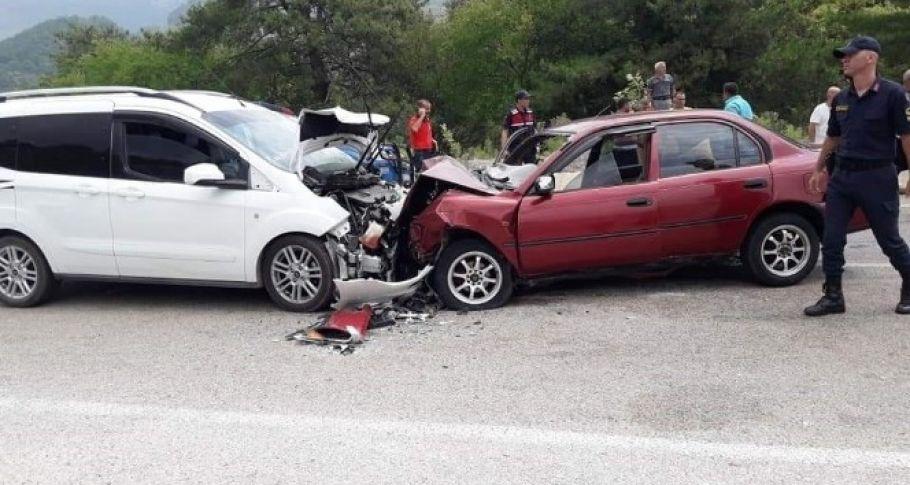 Kozan'da iki otomobil kafa kafaya çarpıştı: 3 yaralı