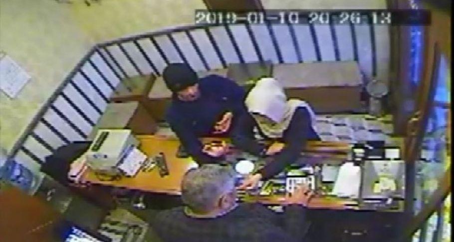 Kuyumcudan altın bilezik çalan hırsızlar kamerada