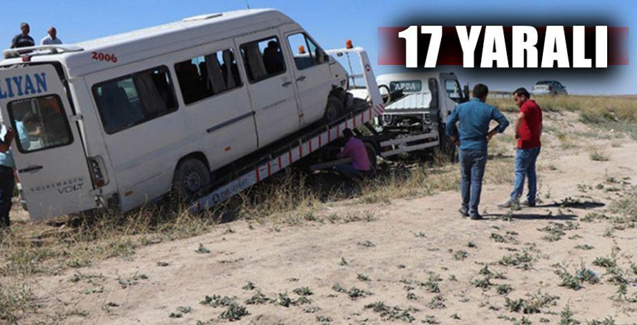 Lastiği patlayan minibüs şarampole devrildi