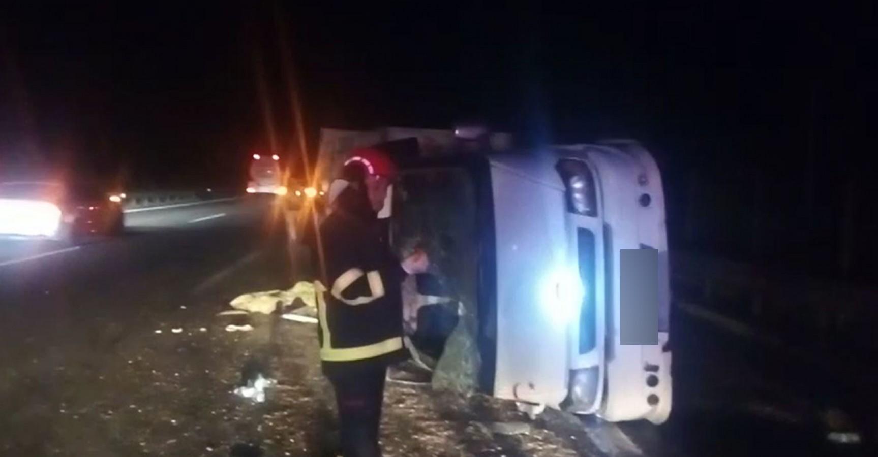 Mevsimlik tarım işçilerini taşıyan minibüs devrildi: 9 yaralı