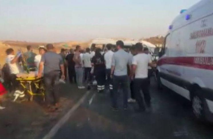 Minibüs İle Otomobil Çarpıştı ! 10 Yaralı