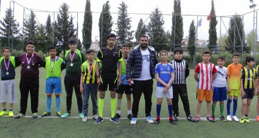 Minik öğrenciler 23 Nisan'ı futbol oynayarak kutladı
