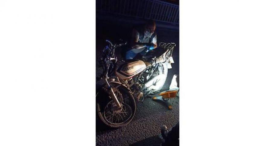 Motosiklet traktöre çarptı 1 ölü