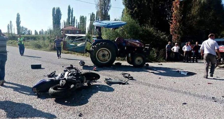 Motosikletle traktör çarpıştı
