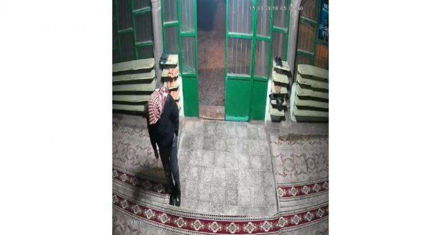 Namaz Kılan Cemaatin Ayakkabılarını Çalan Hırsız Kameralara Yakalandı
