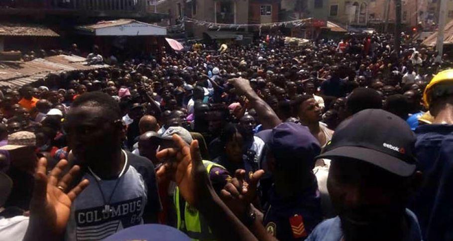 Nijerya'da yüzlerce kişi çöken binanın enkazı altında kaldı