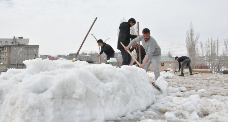 Nisan ayında vatandaşların kar mesaisi