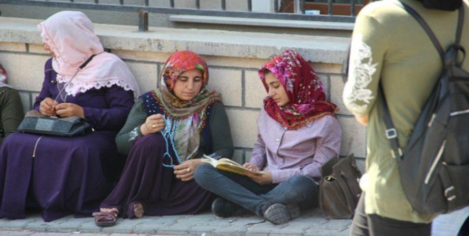 Öğrenciler sınavda, aileleri dışarıda ter döküyor
