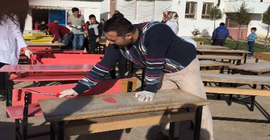Öğretmenler ile öğrencileri, masa ve sıraları boyadı