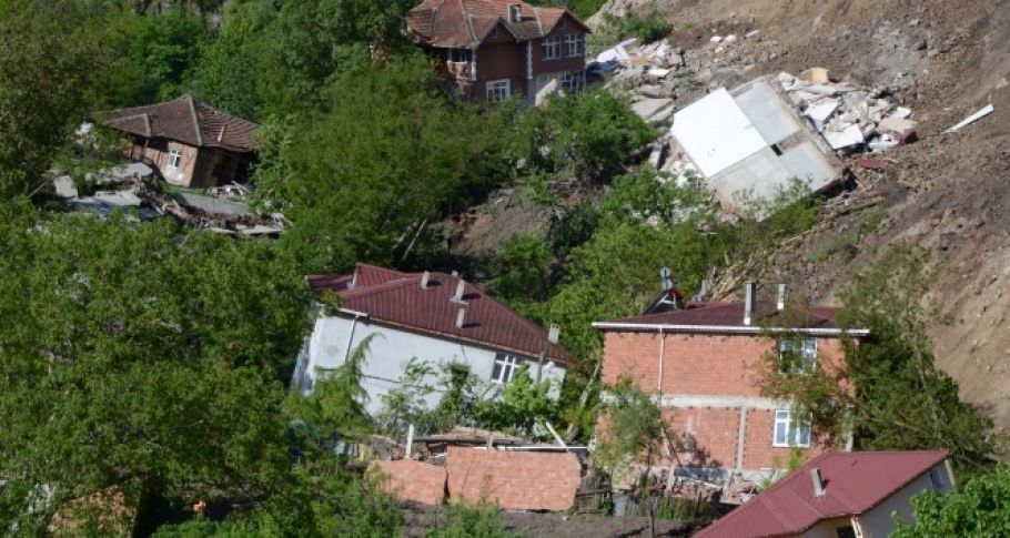 Ordu'da heyelan bir mahalleyi yok etti: 15 ev yıkıldı
