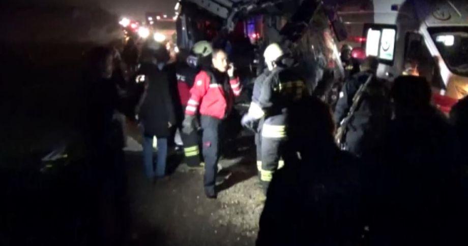 Otobüsle Kamyon Çarpıştı: 4 Ölü, 25 Yaralı