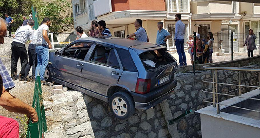 Otomobil askıda kaldı, içindekileri vatandaşlar kurtardı
