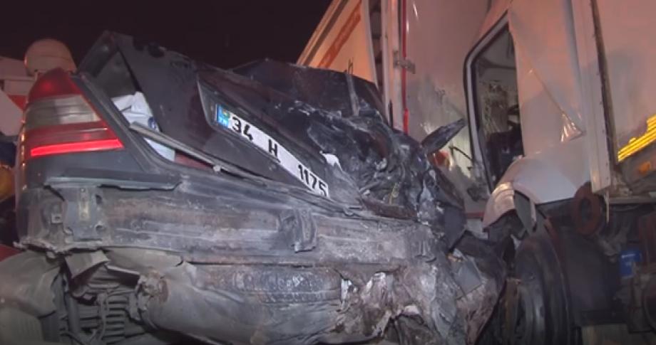 Otomobil Kamyon ile Tır Arasında Kaldı: 1 Ölü, 2 Yaralı