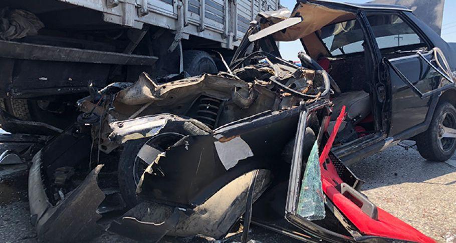 Otomobil kamyonun altına girdi 1 ölü, 3 yaralı