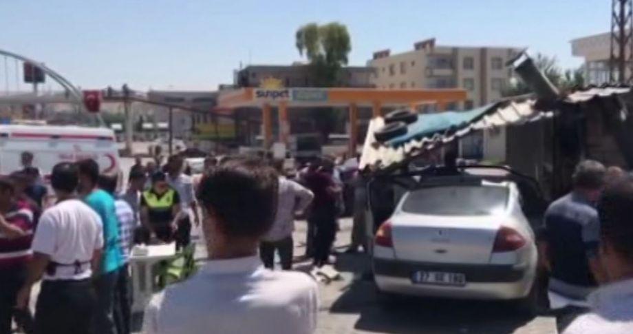 Birecik'te Otomobil Lokantaya Daldı: 2 Yaralı