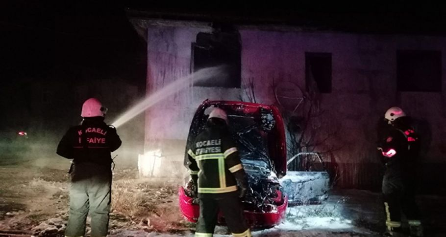 Otomobilde çıkan yangın, yanındaki binayı küle çeviriyordu