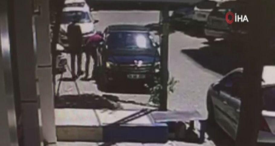 Otomobilin camını kırıp 24 bin kira çalan hırsızlar güvenlik kamerasında