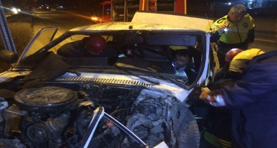 Otomobilin sürücüsünü sıkıştığı yerden itfaiye kurtardı