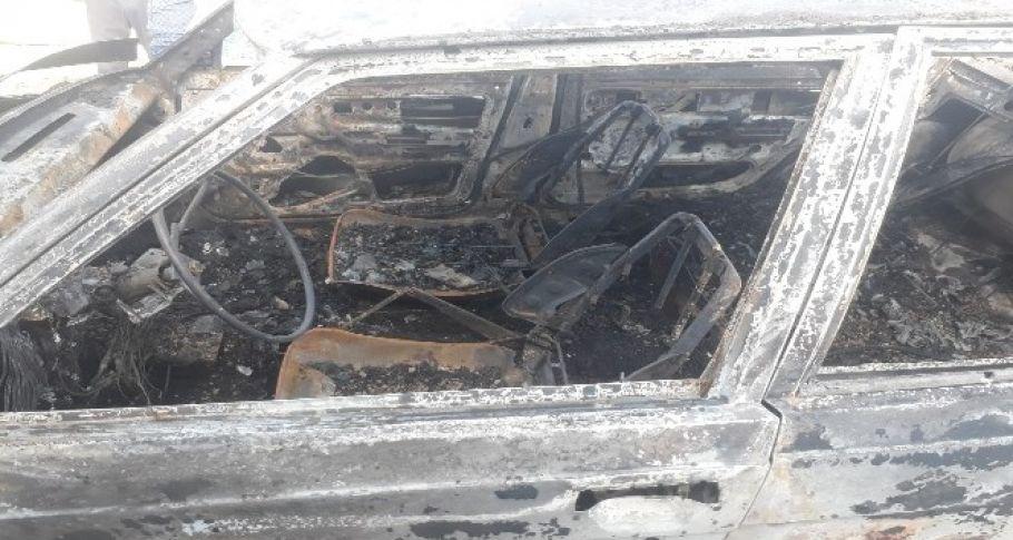 Park halindeki otomobil yanarak küle döndü