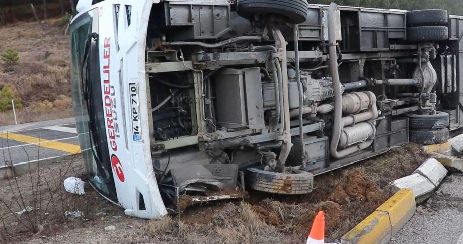 Personelleri taşıyan midibüs devrildi:10 yaralı