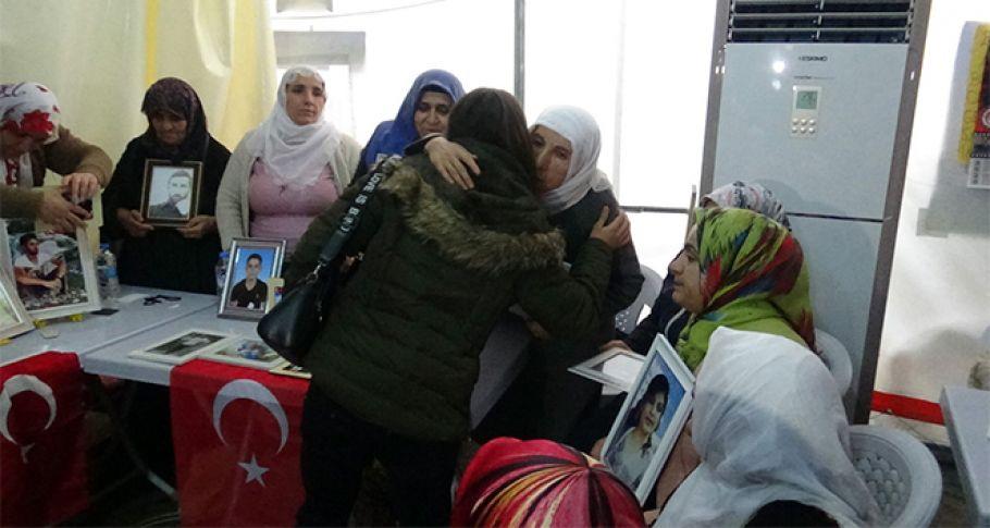 PKK'dan kaçarak teslim olan genç kız evlat nöbetindeki aileleri ziyaret etti