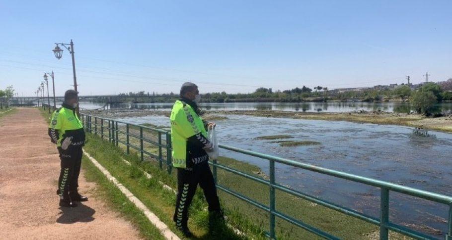 Polisler suları çekilen Fırat Nehri'ndeki balık ve martıları besledi