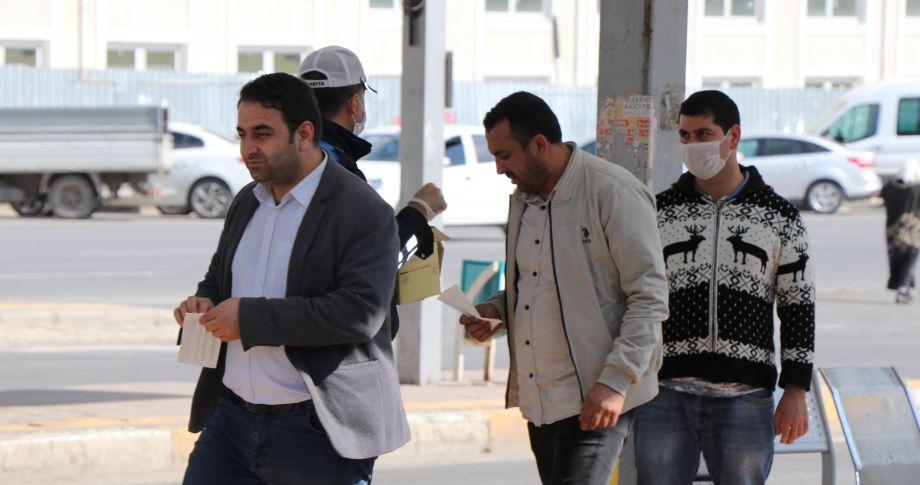 Şanlıurfa Büyükşehir'den vatandaşlara ücretsiz maske dağıtımı (videolu)