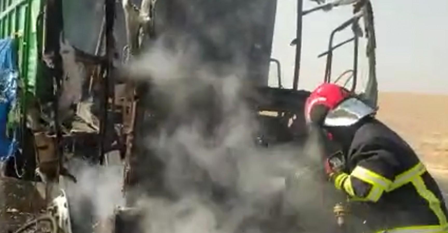 Şanlıurfa'da pamuk yüklü kamyon alev alev yandı