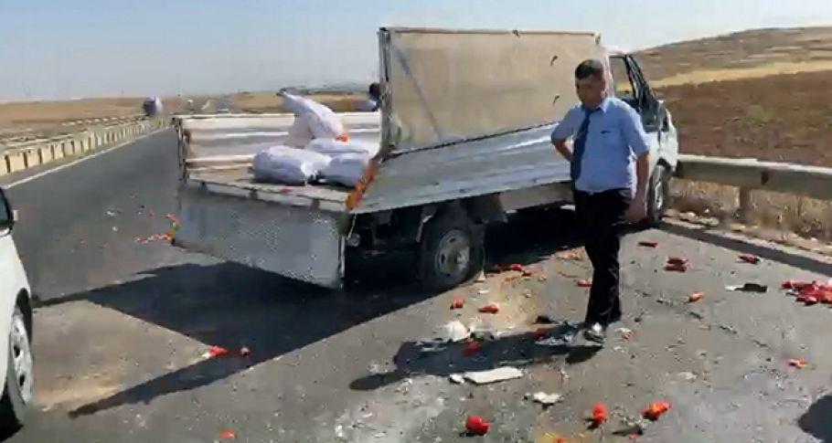 Şanlıurfa'da biber yüklü kamyonet kaza yaptı