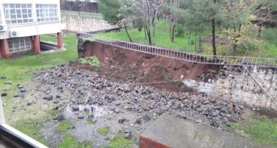 Şanlıurfa'da bir okulun istinat duvarı, yağmura dayanamayarak çöktü.