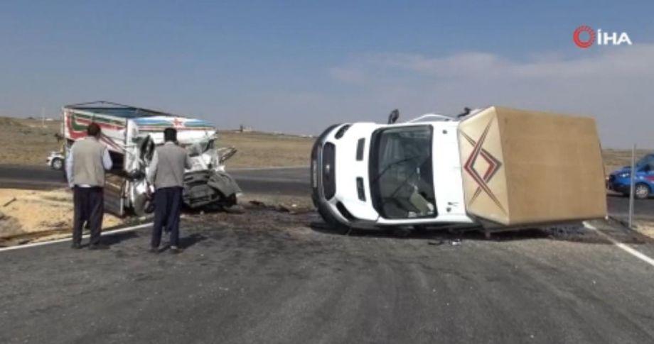 Şanlıurfa'da iki kamyonet çarpıştı