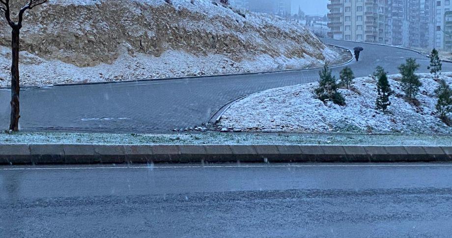 Şanlıurfa'da kent merkezine yılın ilk karı düştü!